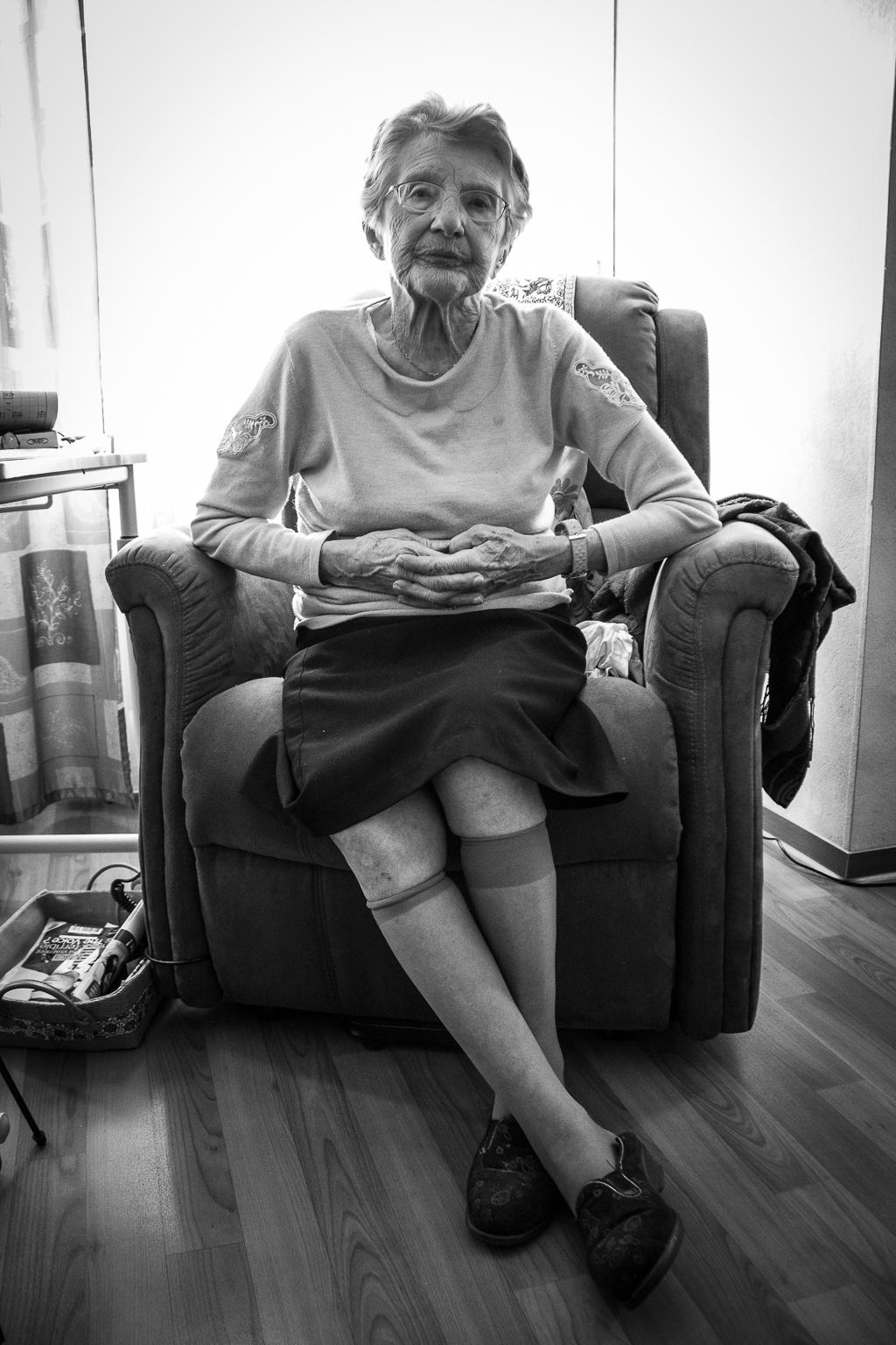 vieille dame assise dans son fauteuil