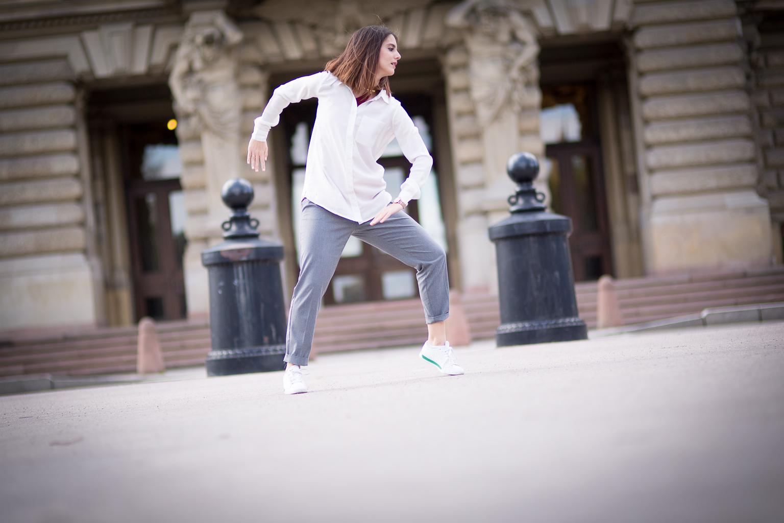 jeune femme dansant dans la rue