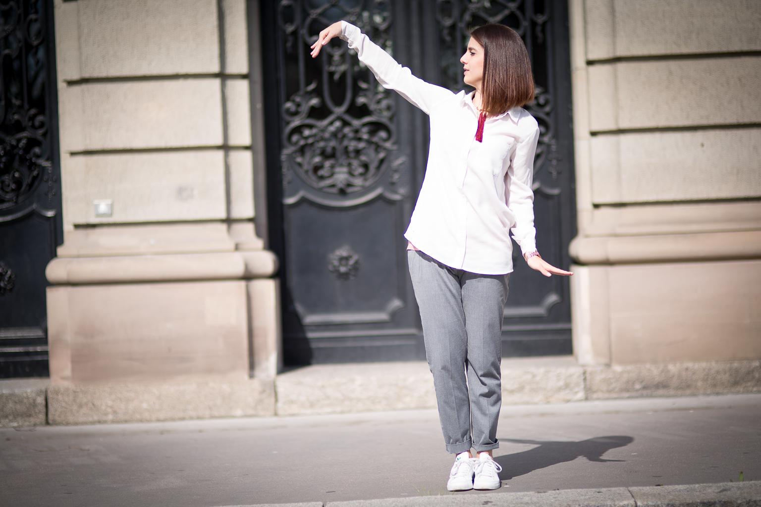 jeune femme brune dansant dans la rue