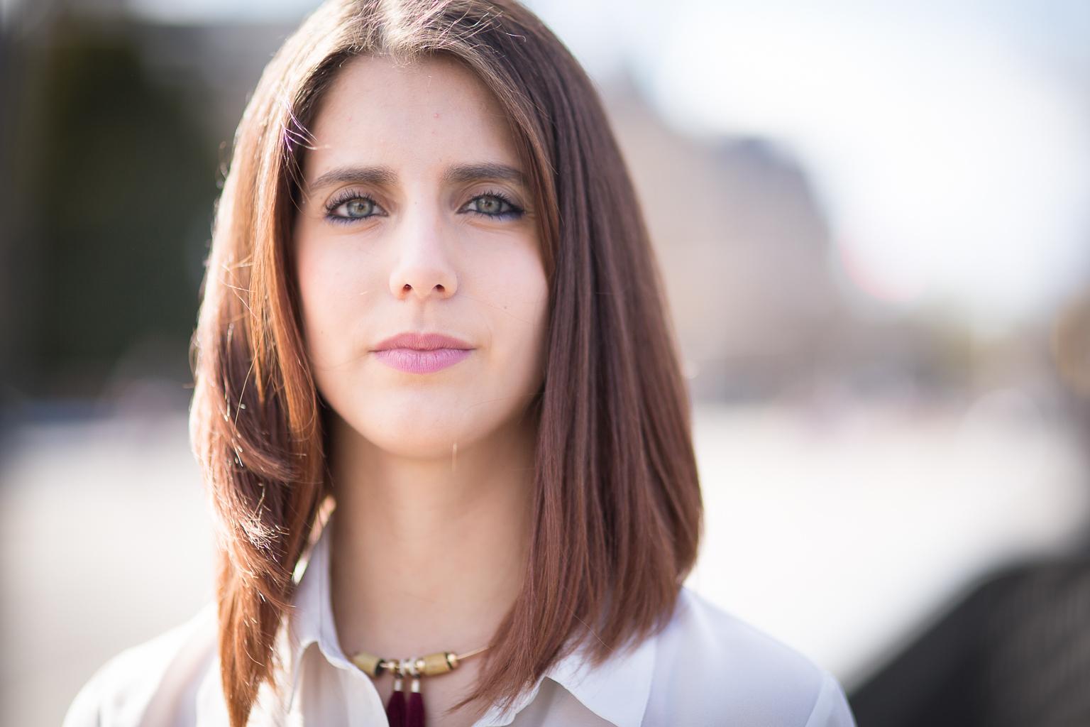 portrait d'une jeune femme brune aux yeux bleus