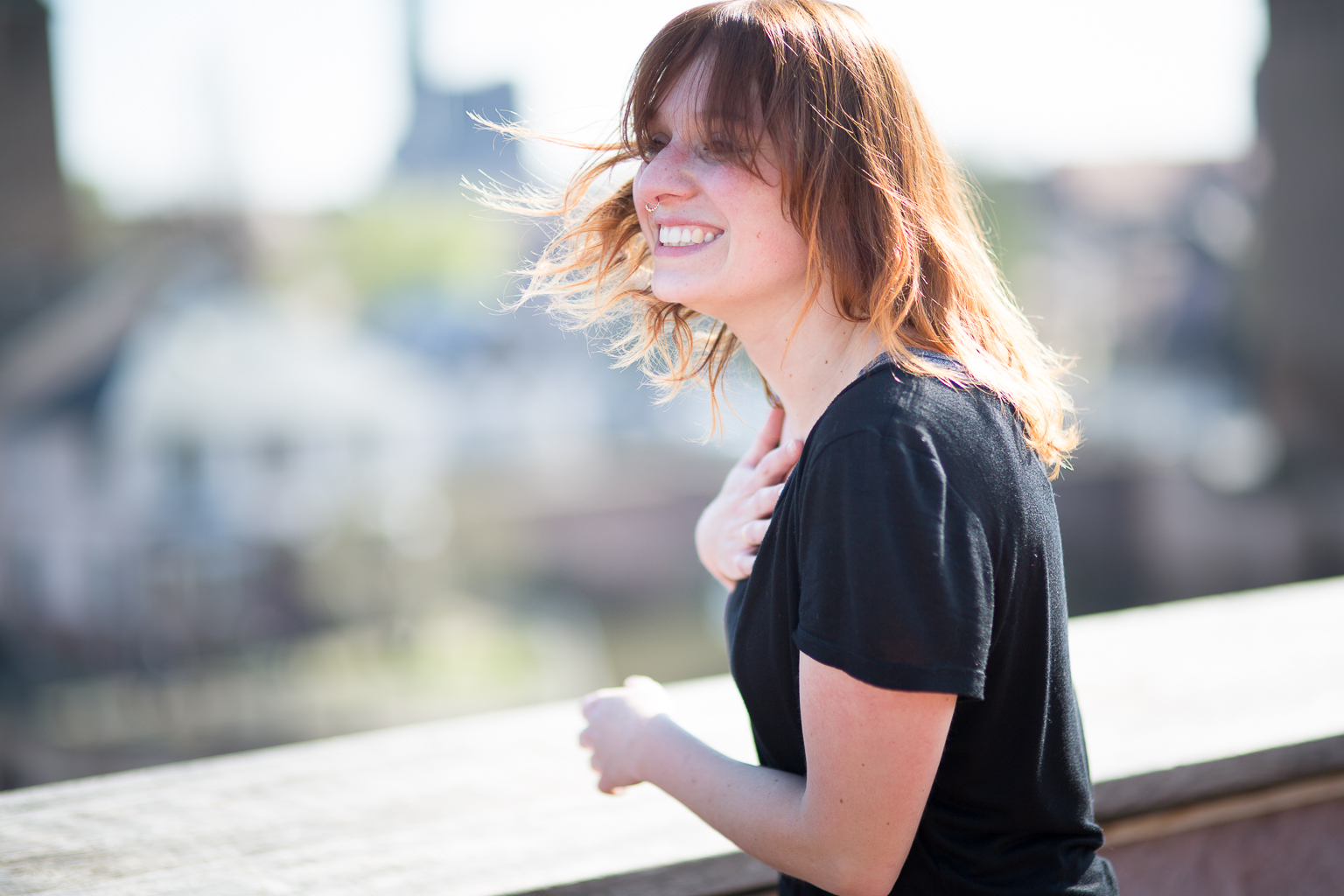 Jeune femme au large sourire, cheveux au vent