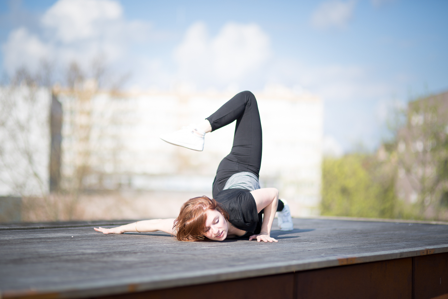 jeune femme dansant, visage au sol