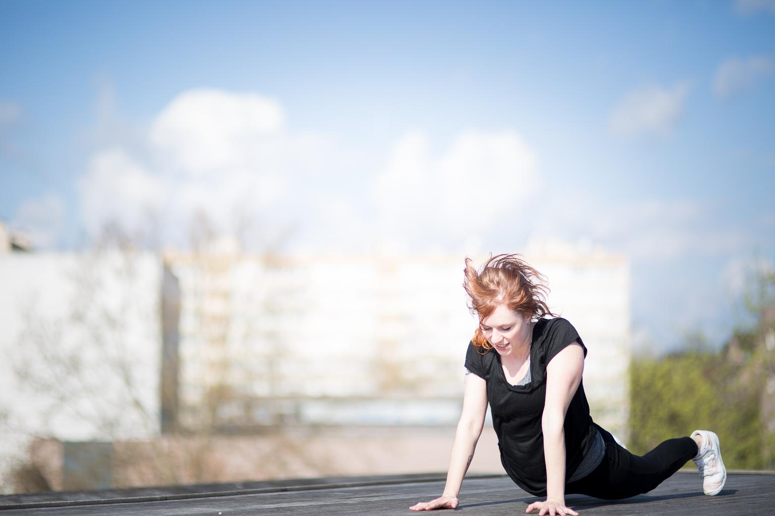 jeune femme au sol, en appui sur ses bras tendus