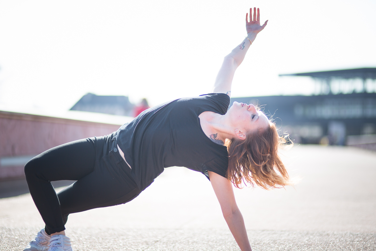 jeune femme dansant, prenant appui au sol avec sa main