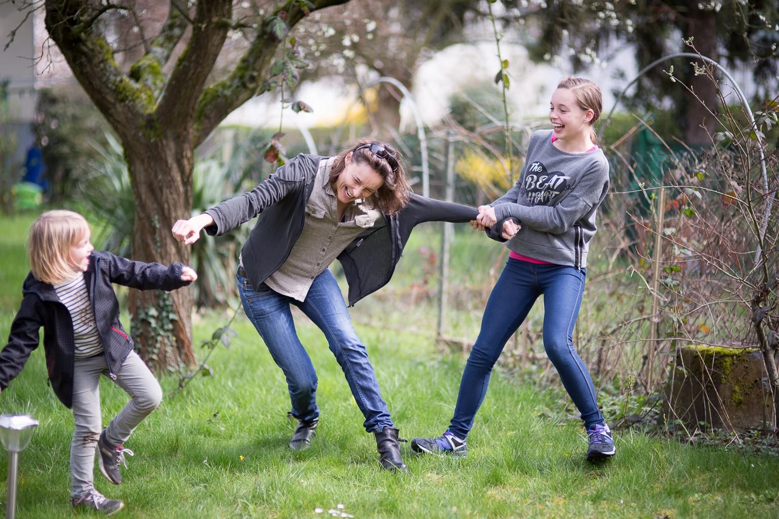 deux filles tirant leur maman par les manches