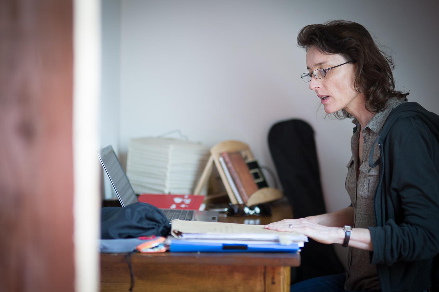 femme à lunettes travaillant à son bureau